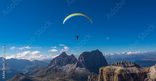 Foto op Aluminium Luchtsport Paraglider flying over mountains