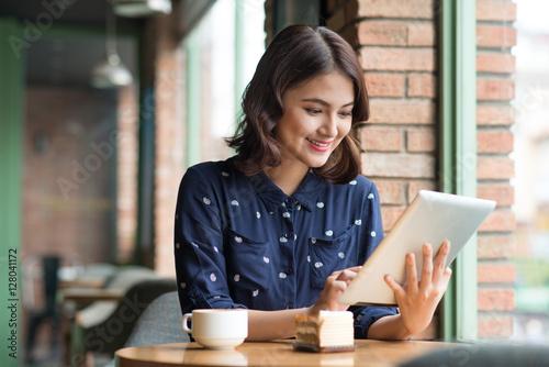 Zdjęcie XXL Piękny śliczny azjatykci młody bizneswoman w kawiarni, używać digi