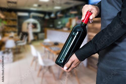 Fotografía  woman waitress suggesting bottle of wine