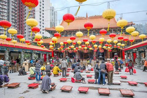 Photo  People praying in Wong Tai Sin Temple in Kowloon HK