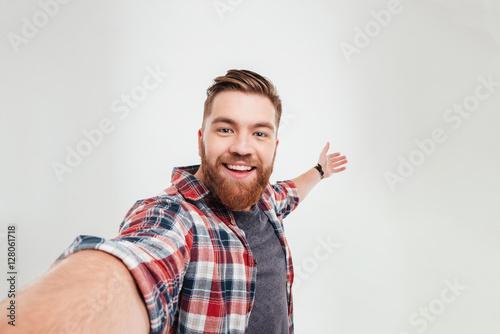 Fotografía Close up portrait of a cheerful bearded man taking selfie