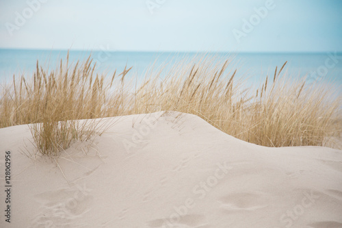 Foto  Beautiful white sand dunes at the sea beach