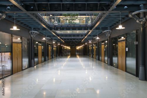 Couloir de bureaux dans un immeuble moderne buy this stock photo