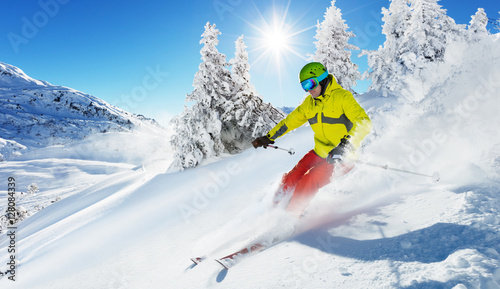 Poster Glisse hiver Skier on piste running downhill
