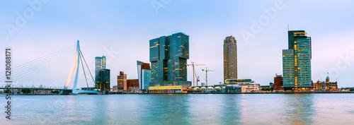 Staande foto Rotterdam Erasmusbrücke und Skyline von Rotterdam zur blauen Stunde, Niederlande