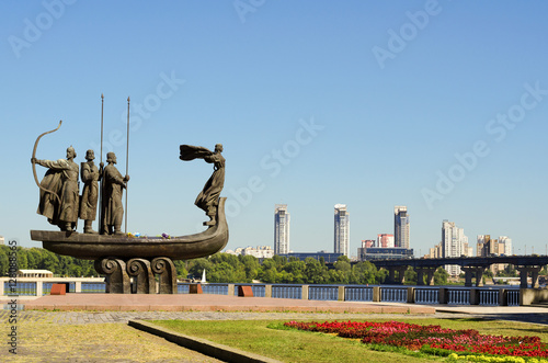Foto op Plexiglas Kiev Popular monument to the founders of Kiev on Dnieper river bank