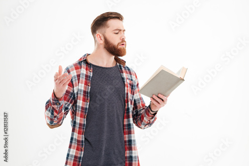 Fotografia  Young bearded man actor reading script