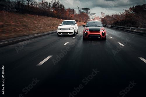 Zdjęcie XXL Samochody jeździć na asfaltowej ulicy miasta na jesień