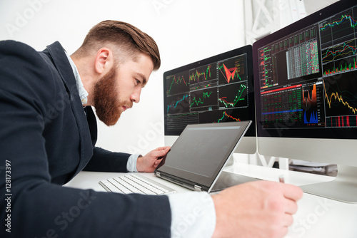 Fotografia Concentrated young businessman working with computer in office