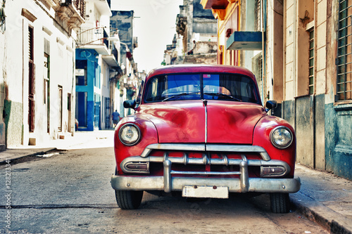 Vintage voitures Vintage classic american car parked in a street of Old Havana, Cuba
