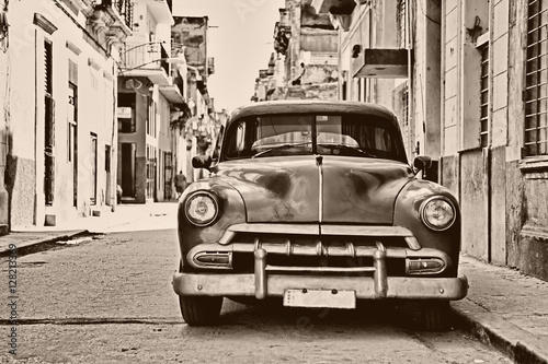 Türaufkleber Autos aus Kuba Sepia toned vintage classic american car parked in a street of O