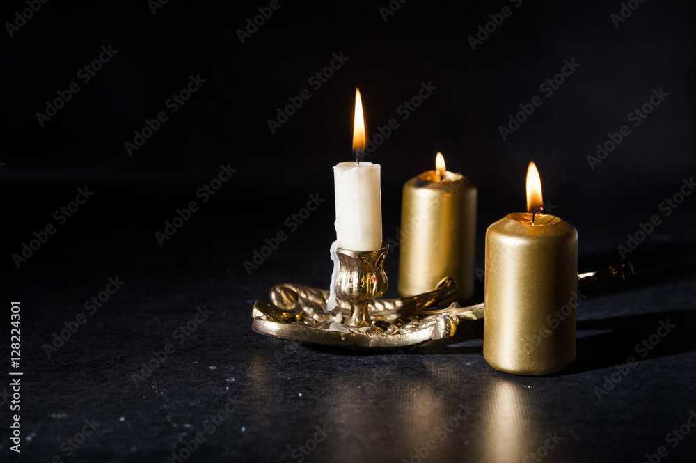 Fotografía candles lit, colored dark / black / background - burning ...