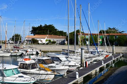 Foto auf AluDibond Stadt am Wasser Ars en Re, France - september 26 2016 : picturesque village in a
