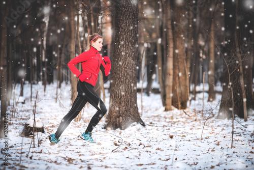 Montage in der Fensternische Wintersport Woman running in winter