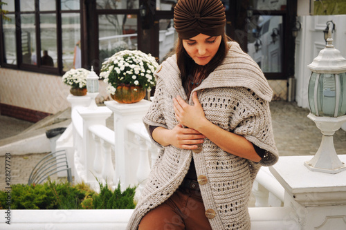 Fotografía  Outdoor portrait of a young woman dressed in fashion hat and cardigan