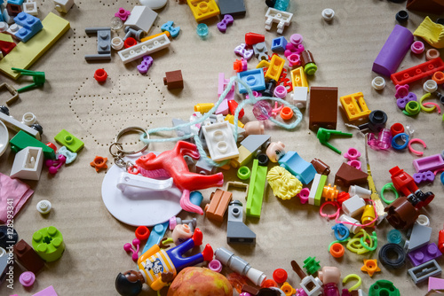 Valokuva  Unordnung im Kinderzimmer, Bausteine und Kleinteile im Pappkarton