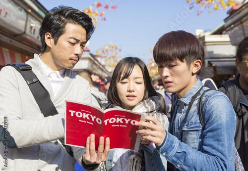東京観光 浅草 浅草寺 仲見世通り 仲間 男女3人 ガイドブックを見る