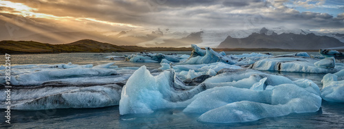 Spoed Foto op Canvas Gletsjers Icebergs in Iceland's Jökulsarlon Glacial Lagoon at Sunset