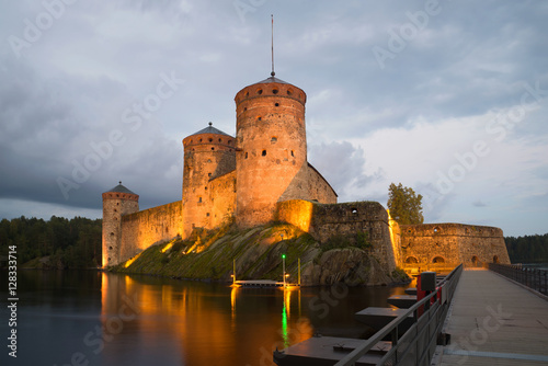 In de dag Noord Europa Olavinlinn's fortress in August twilight in night illumination. Savonlinna, Finland