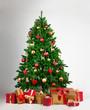 Großer beschmückter Baum mit vielen Geschenkboxen davor