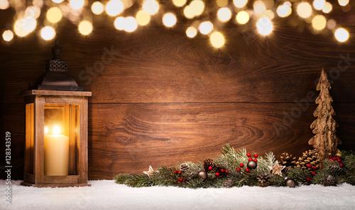 Weihnachten Arrangement Mit Laterne, Weihnachtsdeko Und Lichtern,  Textfreiraum Auf Dunklem Holz