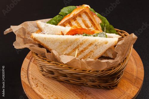 Plakat kanapka z szynką w koszu