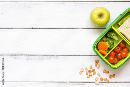 Fotografía  preparing lunch for child school top view on wooden background