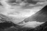 Piękny zachód słońca w górach. Czarno-biały krajobraz dowcipu - 128435709