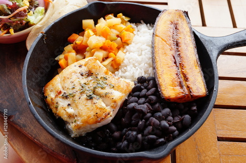 Photo Traditional Costa Rican Casado meal with rice, beans, plantains and fish