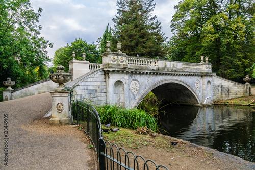 Obraz na plátně  Classic Bridge in Chiswick, London, England.