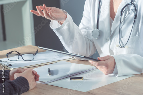 Fotografia  Doctor advising patient in hospital office