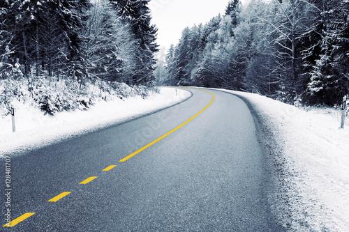 pusta-wiejska-droga-w-snieznym-lesie-w-zimie
