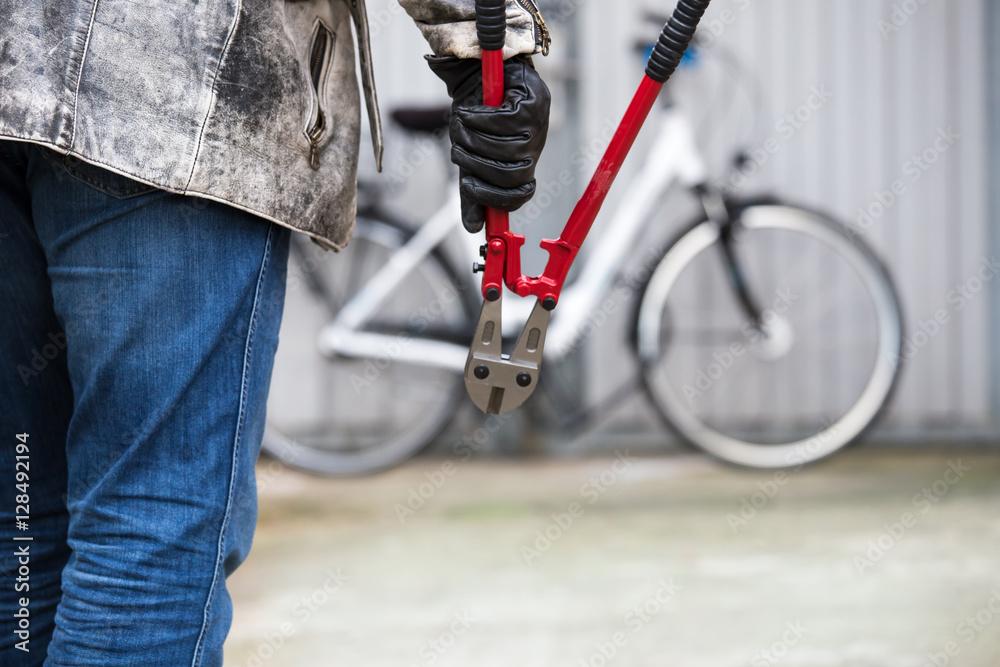 Fototapeta ein Dieb will ein Fahrrad stehlen
