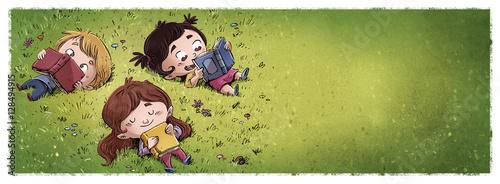 niños leyendo en el campo - 128494915