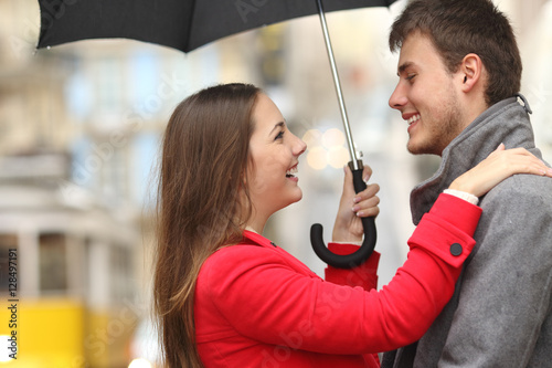 Photo  Couple encounter in the street under the rain