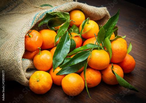 mandarini freschi dentro a sacco