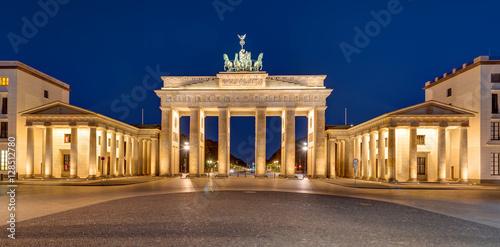 Poster Berlin Panorama of the famous Brandenburger Tor in Berlin at night