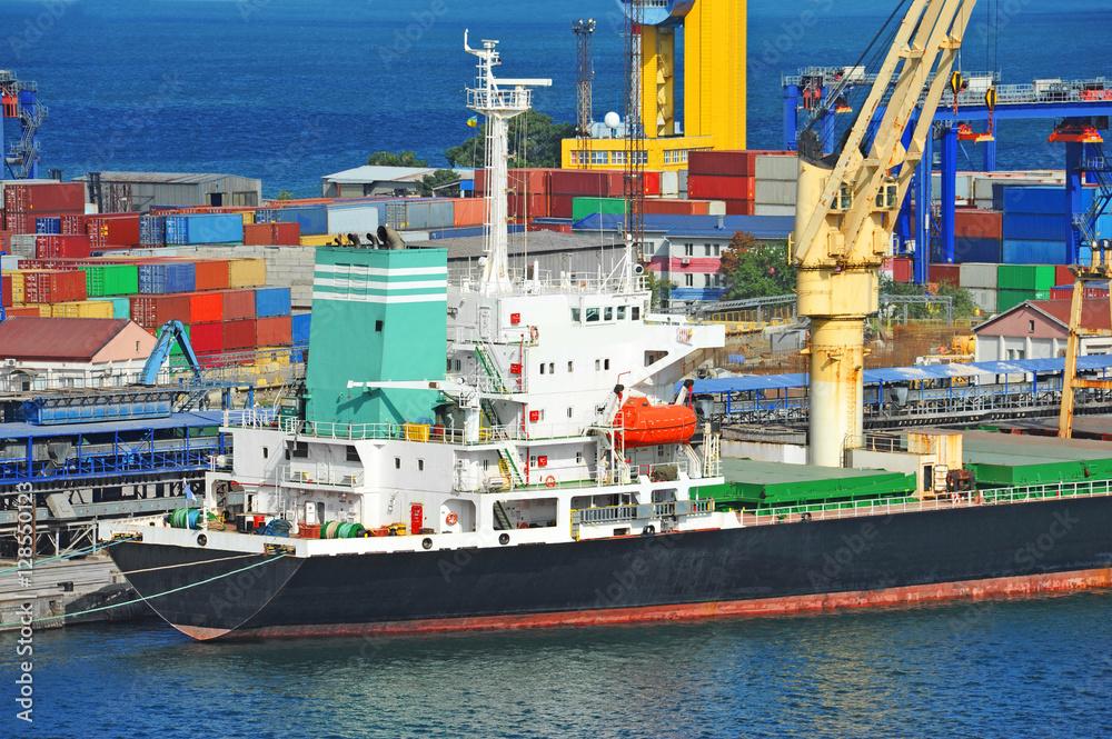 Bulk cargo ship under port crane Foto, Poster, Wandbilder bei ...