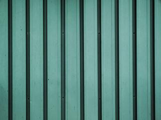 緑のトタン板 たてのストライプ模様