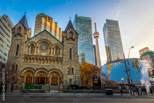 Deurstickers Toronto Panoramic view of St Andrew's Presbyterian Church and CN Tower - Toronto, Ontario, Canada