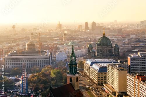 Berliner Dom und Berlin im Sonnenuntergang