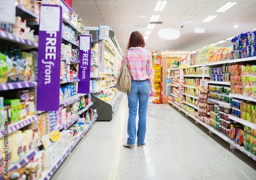 Photo Rear view of woman standing in aisle
