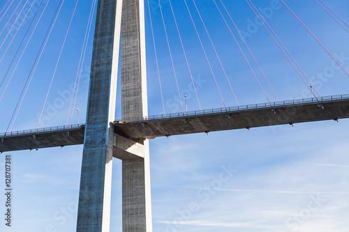 Fototapeta premium Motoryzacyjny most wiszący w Norwegii