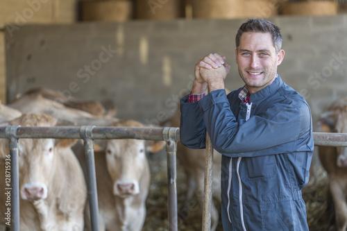 Fotografía  Farmer in barn
