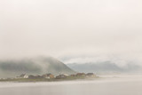Norwegia wioska w chmurach mgła. Pochmurny dzień nordycki. - 128726537