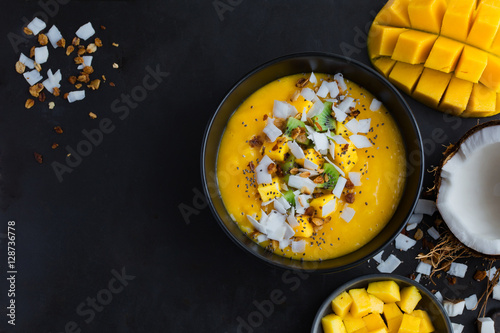 Photo  fresh mango and coconut smoothie bowl