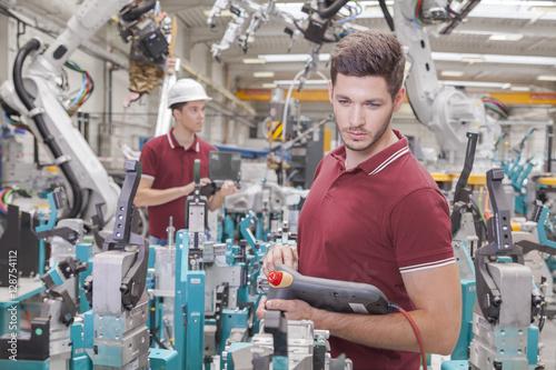 Fotografie, Obraz  Entwicklungsingenieure bei der Roboter Inbetriebnahme