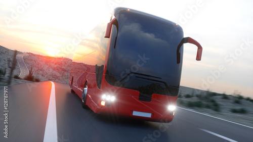 Zdjęcie XXL turystyczny czerwony autobus na autostradzie. Szybka jazda. realistyczne renderowanie 3d.