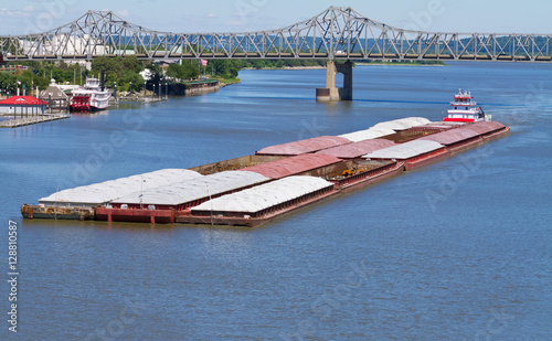 Fotografia  River barge traveling down the Illinois River by Peoria, Illinois