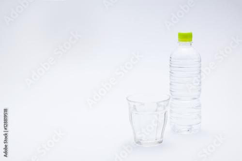 Fotografie, Obraz  コップと水のペットボトル